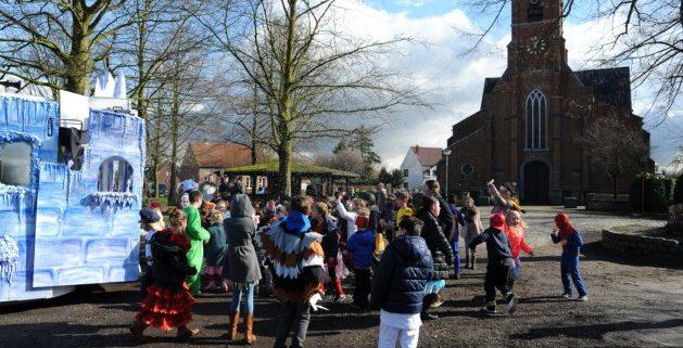Magische carnavalswagen van 't Bakske uit Mortsel warm onthaald door kinderen 't Kroontje